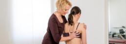 Dr Liane Simmel behandelt eine Patientin am Rücken